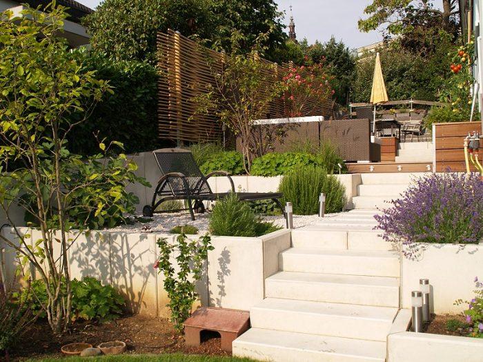 Schmaler gartenbereich am hang mit mehreren wohn ebenen for Gartengestaltung verschiedene ebenen
