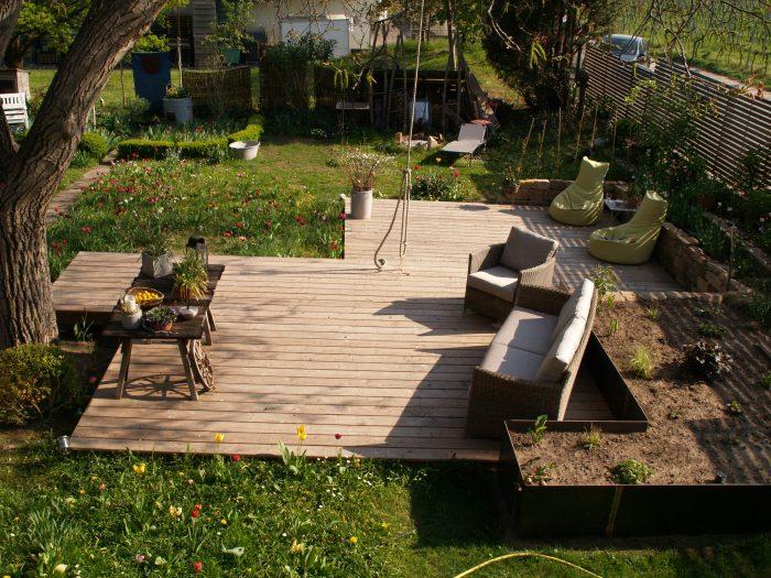 Holzterrasse in zwei ebenen unter nu baum for Gartengestaltung zwei ebenen